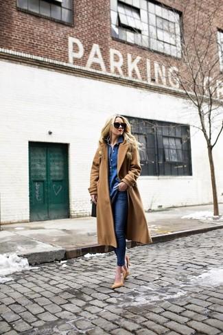 Comment porter: manteau marron clair, chemise en jean bleue, jean skinny bleu marine, escarpins en cuir marron clair