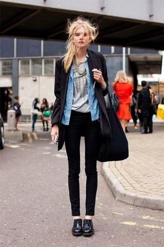 Comment porter: manteau noir, chemise en jean bleue, t-shirt à col rond imprimé gris, jean skinny noir