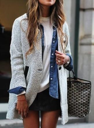 Comment porter: manteau à chevrons gris, chemise en jean bleue, t-shirt à col rond blanc, minijupe noire