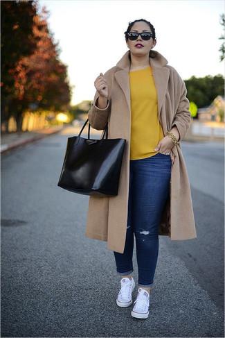 Comment porter: manteau marron clair, chemisier à manches courtes jaune, jean skinny déchiré bleu marine, baskets basses en toile blanches
