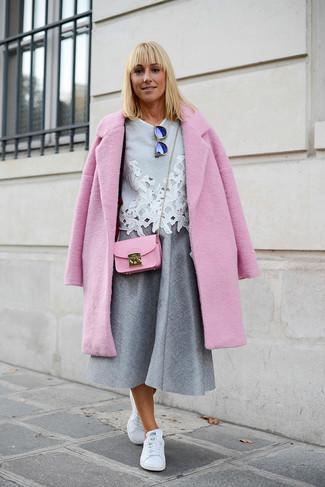 Comment porter: manteau rose, chemisier à manches courtes en dentelle gris, jupe mi-longue plissée grise, baskets basses en cuir blanches