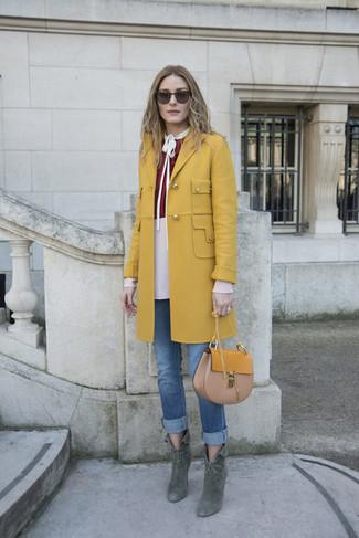 Comment porter: manteau moutarde, chemisier à manches longues bordeaux, jean bleu, bottines en daim vert foncé