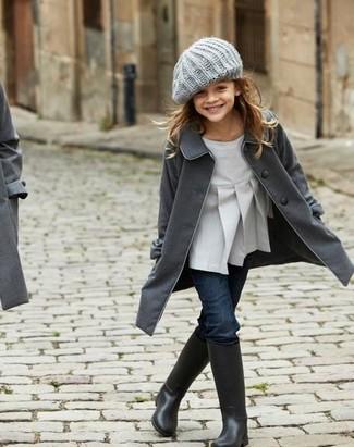 Comment porter: manteau gris foncé, chemisier à manches longues gris, jean bleu marine, bottes de pluie noires