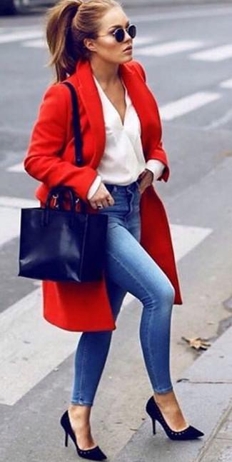 Comment porter: manteau rouge, chemisier à manches longues blanc, jean skinny bleu, escarpins en daim noirs