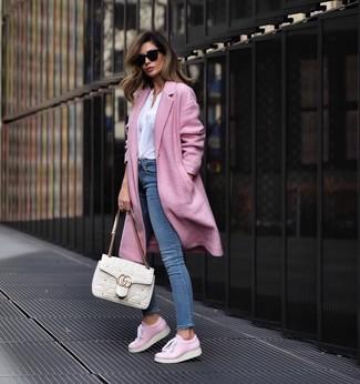 Comment porter: manteau rose, chemisier à manches longues blanc, jean skinny bleu, baskets basses en cuir roses