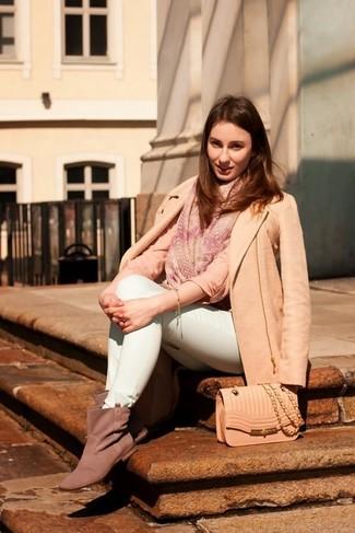 Comment porter: manteau beige, chemisier à manches longues rose, jean skinny vert menthe, bottines en daim grises