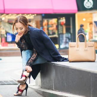 Comment porter des sandales à talons en cuir rouges au printemps: Harmonise un manteau bleu marine avec un jean skinny bleu clair pour achever un style chic et glamour. Assortis ce look avec une paire de des sandales à talons en cuir rouges. Cette tenue est un très bon exemple de la tenue bien printanière.