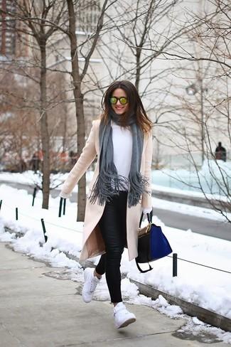 Comment porter: manteau beige, chemisier à manches longues blanc, jean skinny en cuir noir, baskets montantes blanches