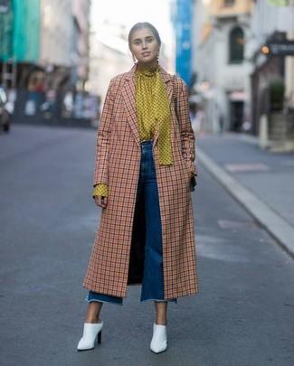 Comment porter: manteau à carreaux orange, chemisier à manches longues á pois jaune, jupe-culotte en denim bleue, mules en cuir blanches