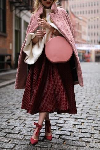 Comment porter: manteau rose, chemisier à manches longues à volants blanc, jupe évasée texturée rouge, escarpins en daim rouges