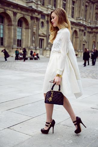 Essaie d'associer un manteau blanc avec une jupe évasée blanche pour une tenue confortable aussi composée avec goût. Complète ce look avec une paire de des escarpins en daim épaisses noirs.