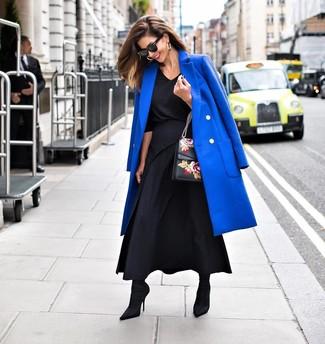 Comment porter: manteau bleu, chemisier à manches longues noir, jupe longue plissée noire, bottines élastiques noires