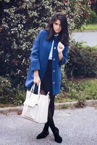 Comment porter: manteau bleu, chemisier à manches longues bleu clair, minijupe noire, ballerines en daim noires