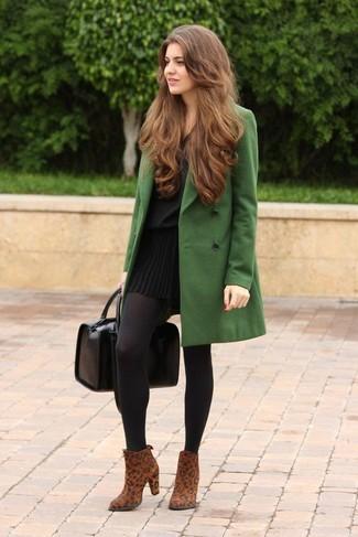 Pour créer une tenue idéale pour un déjeuner entre amis le week-end, marie un manteau vert avec une minijupe plissée noire. Ajoute une paire de des bottines en daim imprimées léopard brunes à ton look pour une amélioration instantanée de ton style.