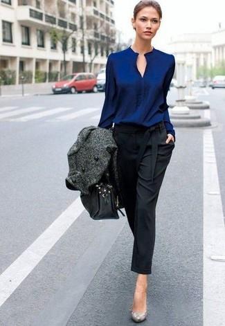 Comment porter: manteau gris foncé, chemisier à manches longues bleu marine, pantalon carotte noir, escarpins en cuir imprimés serpent gris