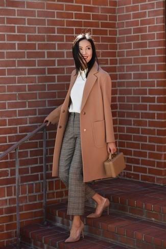 Comment porter: manteau marron clair, chemisier à manches longues blanc, pantalon carotte écossais olive, escarpins en daim marron