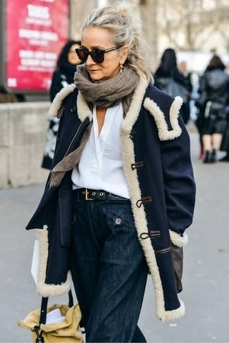 Comment porter: manteau bleu marine, chemisier à manches longues en lin blanc, pantalon large en denim bleu marine, sac bourse en daim jaune