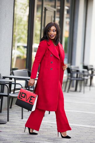 Comment porter: manteau rouge, chemisier à manches longues rouge, pantalon large rouge, escarpins en daim noirs