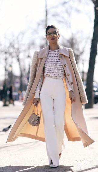 Comment porter: manteau beige, chemisier à manches longues en dentelle à fleurs beige, pantalon large blanc, escarpins en cuir à clous gris