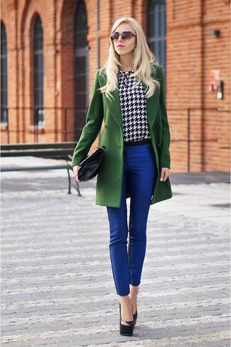 Comment porter: manteau vert, chemisier à manches longues en pied-de-poule blanc et noir, pantalon slim bleu, escarpins en cuir noirs