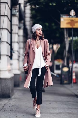 Comment porter: manteau rose, chemisier à manches longues blanc, pantalon slim noir, baskets basses en daim roses
