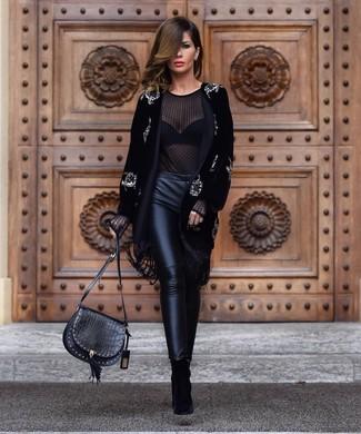 Comment porter: manteau en velours orné noir, chemisier à manches longues en chiffon noir, pantalon slim en cuir noir, bottines en daim noires