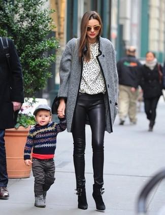 Comment porter: manteau en tweed gris, chemisier à manches longues imprimé blanc et noir, pantalon slim en cuir noir, bottines en daim noires