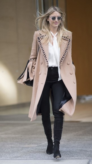 Comment porter: manteau marron clair, chemisier à manches longues en soie blanc, pantalon slim noir, bottes hauteur genou en daim noires