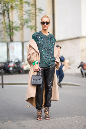 Comment porter: manteau marron clair, chemisier à manches longues brodé bleu canard, pantalon style pyjama en cuir noir, sandales à talons en cuir imprimées léopard marron