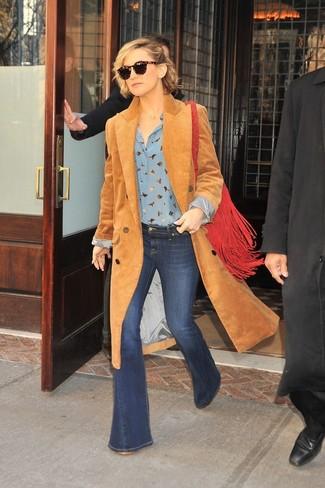 Comment porter: manteau en velours côtelé marron clair, chemisier boutonné imprimé bleu clair, jean flare bleu marine, sac bandoulière en daim à franges rouge