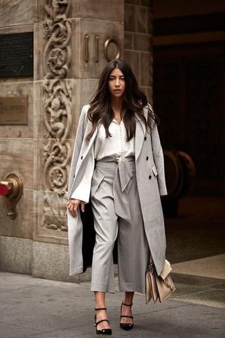 Comment porter: manteau gris, chemisier boutonné blanc, jupe-culotte grise, escarpins en daim noirs