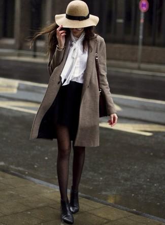 Comment porter: manteau olive, chemisier boutonné blanc, minijupe noire, bottines en cuir noires