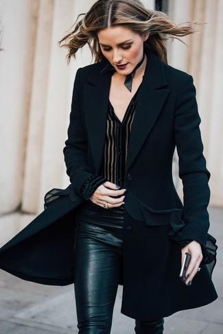 Tenue de Olivia Palermo: Manteau noir, Chemisier boutonné en chiffon noir, Pantalon slim noir, Collier ras de cou en cuir noir