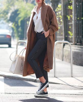 Comment porter: manteau marron, chemisier boutonné blanc, pantalon slim à rayures verticales noir et blanc, baskets basses en toile noires et blanches