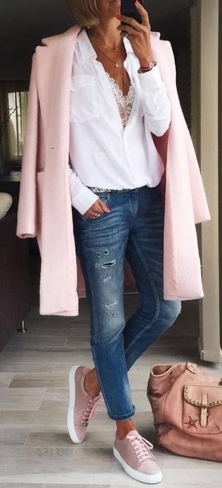 Comment porter un sac fourre-tout en cuir rose: Pense à opter pour un manteau rose et un sac fourre-tout en cuir rose pour un look confortable et décontracté. Assortis ce look avec une paire de des baskets basses en daim roses.