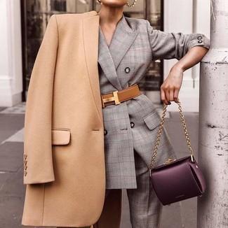 Comment porter: manteau marron clair, costume écossais gris, cartable en cuir pourpre foncé, ceinture serre-taille en cuir marron clair