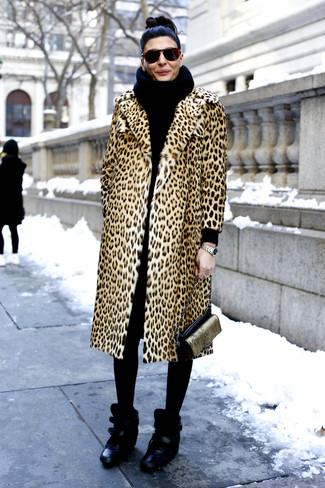 Comment porter: manteau de fourrure imprimé léopard marron clair, baskets compensées en cuir noires, sac bandoulière en cuir noir et doré, écharpe en tricot noire