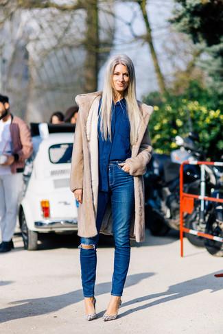 Comment porter: manteau de fourrure beige, chemise en jean bleu marine, jean skinny déchiré bleu, escarpins en cuir imprimés serpent beiges