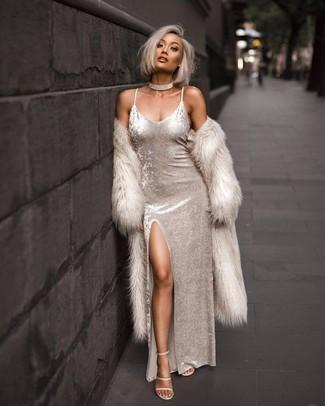 Fais-toi remarquer parmi les autres civils stylés avec un manteau de fourrure beige et une robe longue en velours blanche. Complète ce look avec une paire de des sandales à talons en cuir beiges.