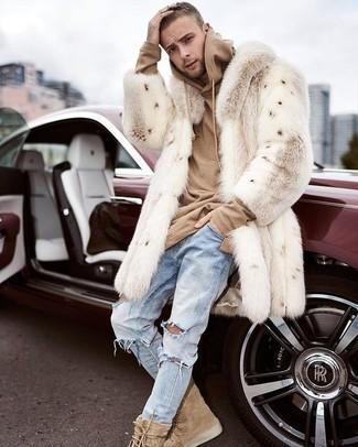 Comment porter: manteau de fourrure beige, sweat à capuche marron clair, jean déchiré bleu clair, bottes de loisirs en daim marron clair
