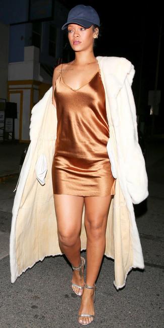 Comment porter: manteau de fourrure blanc, robe nuisette en soie orange, sandales à talons en cuir argentées