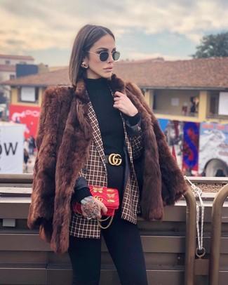Comment porter: manteau de fourrure marron, blazer croisé à carreaux rouge, pull à col roulé noir, jean skinny noir