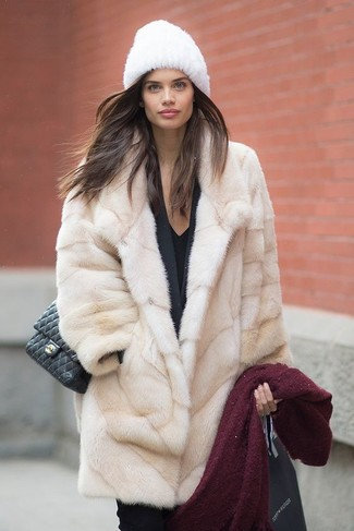Comment porter un chapeau de fourrure: Essaie de marier un manteau de fourrure beige avec un chapeau de fourrure et tu auras l'air d'une vraie poupée.