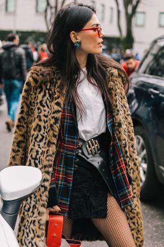 Comment porter: manteau de fourrure imprimé léopard marron clair, blazer écossais multicolore, t-shirt à col rond blanc, minijupe en daim noire