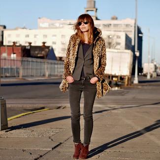Comment porter: manteau de fourrure imprimé léopard marron, blazer gris foncé, t-shirt à manche longue pourpre foncé, jean skinny gris foncé