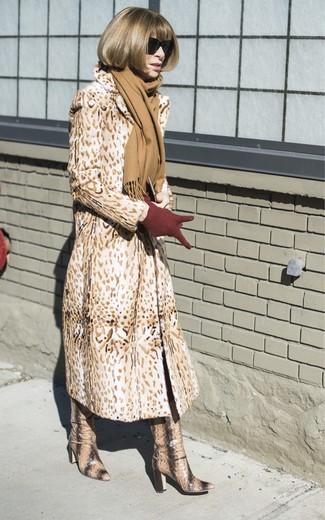 Comment porter: manteau de fourrure imprimé léopard marron clair, bottes hauteur genou en cuir imprimées serpent marron clair, gants en laine bordeaux, écharpe marron clair