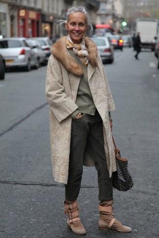 Comment s'habiller quand il fait froid: Pour une tenue de tous les jours pleine de caractère et de personnalité essaie d'associer un manteau de fourrure beige avec un jean boyfriend gris foncé. Complète ce look avec une paire de des bottines en daim marron.