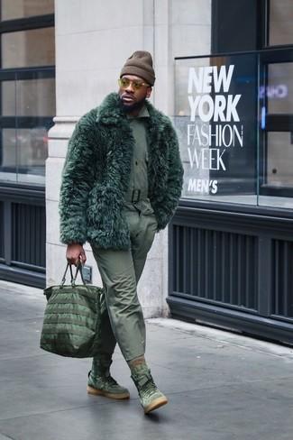 Comment porter: manteau de fourrure vert foncé, chemise à manches longues olive, pantalon chino olive, baskets montantes en daim olive
