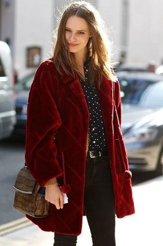 Comment porter: manteau de fourrure rouge, chemise de ville á pois noire et blanche, jean skinny noir, sac bandoulière en cuir imprimé serpent marron