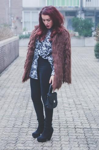 """L'association d'un manteau de fourrure brun et d'un jean skinny noir te démarquera de la masse sans trop être """"too much"""". Termine ce look avec une paire de des bottines en daim noires."""